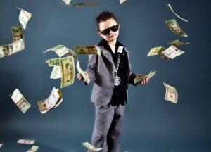 nino-rico-traje-lanza-dinero